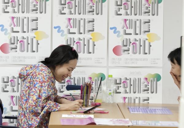 '꿈 부적 드로잉'을 준비한 흑표범 작가가 참가자가  여성으로서의 기억이 담긴 꿈 이야기를 들으며 꿈-부적을 그리고 있다. ⓒ이정실 여성신문 사진기자