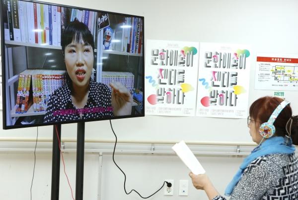 치명타 작가의 영상 프로젝트 'Make up Dash, 꾸밈노동 메이크업' ⓒ이정실 여성신문 사진기자
