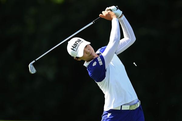 30일(현지시각) 미국 일리노이주 킬디어의 켐퍼 레이크 골프코스에서 열린 KPMG 위민스 LPGA 챔피언십 3라운드 17번 홀에서 박성현이 티샷을 한 후 날아가는 공을 보고 있다. ⓒLPGA