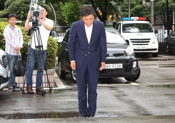 수행비서를 위력으로 성폭행한 혐의 등을 받는 안희정 전 충남지사가 서울서부지법에 출석하고 있다. ⓒ이정실 여성신문 사진기자
