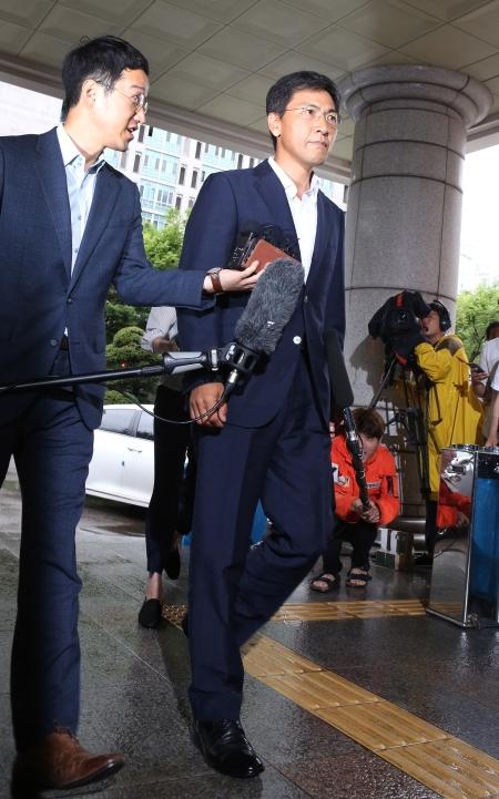 안희정 전 충남지사가 2일 서울 마포구 서울서부지법에서 열린 첫 공판기일에 출석하고 있다. ⓒ이정실 여성신문 사진기자