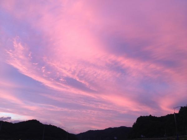 하늘에는 구름도 그림을 쉴 새 없이 그리고 또 지우고 다시 그리면서 아름다움을 더한다. 늦여름 비 오고 난 후의 노을은 하늘을 붉게 물들여 아름답다. ⓒ김경애 편집위원