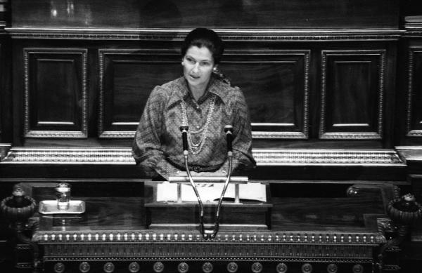 프랑스에서 낙태 자유화가 이뤄지기 얼마 전인 1974년 12월 보건장관 시몬 베이유가 의회에서 낙태 합법화를 역설하고 있다. ⓒ뉴시스 ·여성신문