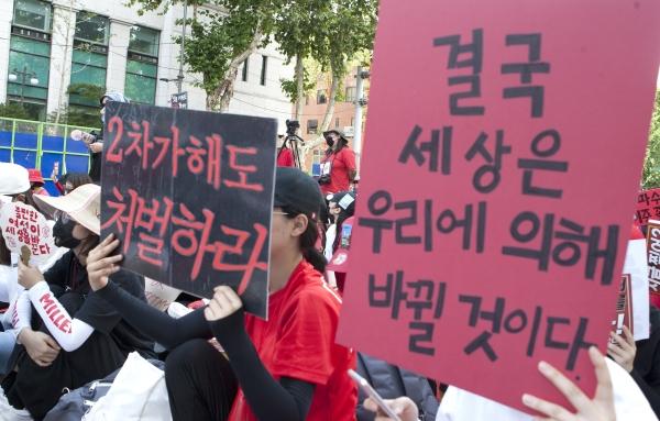 7일 서울 종로구 대학로에서 3차 불법촬영 편파수사 규탄시위 '불편한 용기'가 열려 참가자들이피켓을 들고 피해자의 성별에 따른 차별 없는 동등한 수사와 처벌을 촉구하는 구호를 외치고 있다. ⓒ이정실 여성신문 사진기자