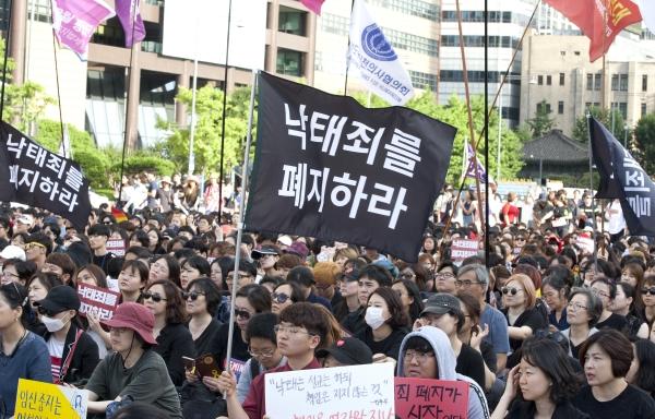 '낙태죄 위헌·폐지 촉구 퍼레이드'에 참가한 시민들이 7일 오후 서울 종로구 안국역 인근을 행진하고 있다. ⓒ이정실 여성신문 사진기자