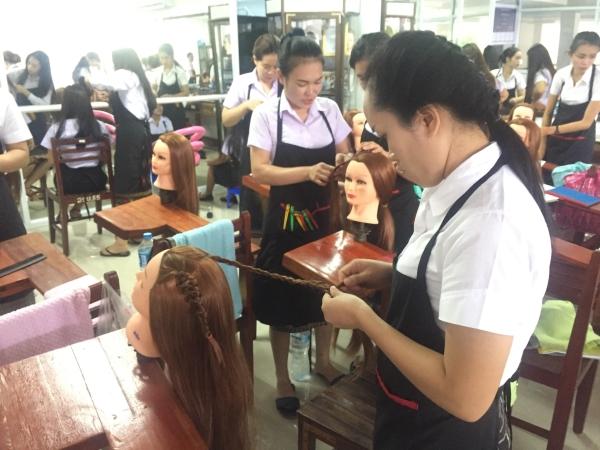 한국의 '여성새로일하기센터'(새일센터)를 본떠 만든 라오스 여성직업훈련센터에서 여성들이 미용, 봉제, 요리, IT 등 직업훈련을 받고 있다. ⓒ(사)아시아위민브릿지 두런두런 제공