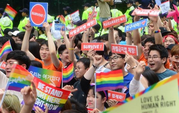 지난해 7월 15일 서울 중구 서울시청 앞 서울광장을 출발한 제18회 퀴어문화축제 참가자들이 을지로 방향으로 행진하고 있다.