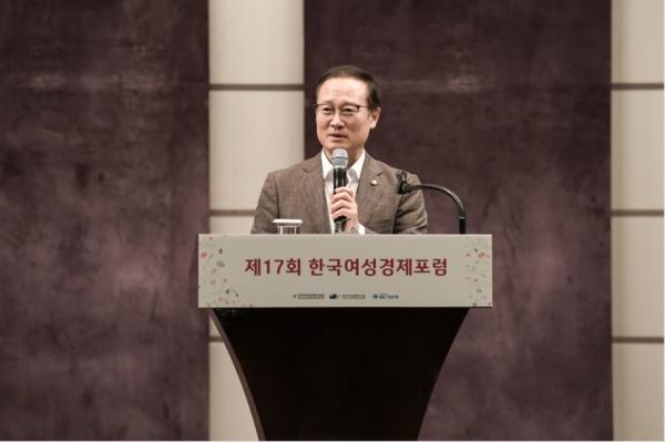 13일 서울웨스틴조선에서 진행된 제17회 한국여성경제포럼에서 홍영표 더불어민주당 대표가 지속가능 성장을 위한 여성경제 생태계 구축이라는 주제로 강연을 진행하고 있다.