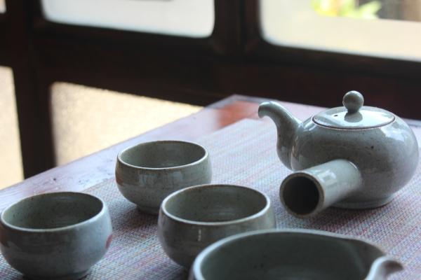 일본 사가현 아리타에 위치한 '갤러리 백파선'에 김해 도예협회 작가 작품이 전시되어 있다. ⓒ사가현 아리타=이유진 기자