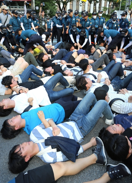 이날 보수 기독교 세력의 퀴어퍼레이드 반대 집회가 열린 가운데, 일부 교인들이 퍼레이드 전 도로에 누워 행진을 막으려 시도하고 있다. ⓒ이정실 여성신문 사진기자