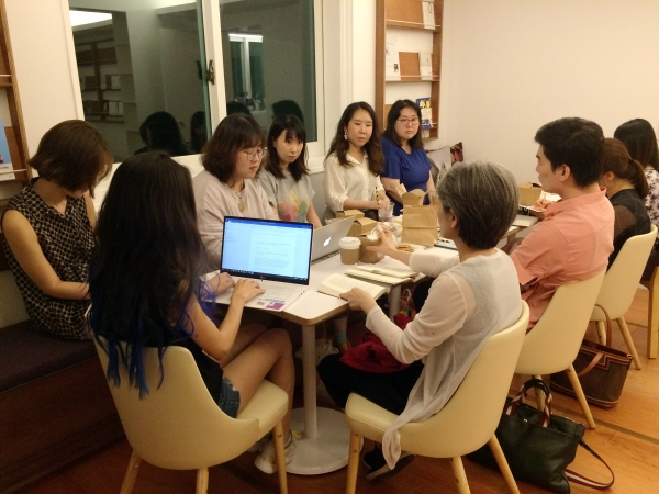 '페미숲(SF) 갈다' 세 번째 정기모임이 지난 13일 서울 종로구 삼청동 과학책방 갈다에서 열렸다. ⓒ이세아 기자