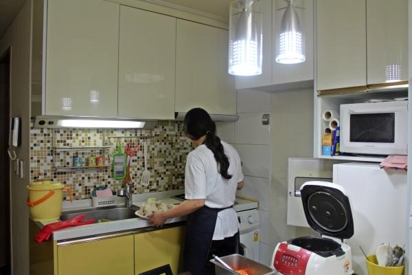 제주시 미혼모자공동생활가정인 아기사랑엄마의집 직원이 미혼모와 아이들을 위한 저녁을 준비하고 있다. ⓒ이유진 여성신문 기자