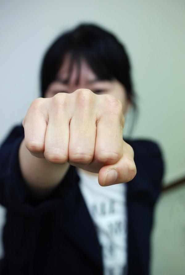지난 12일 여성신문사에서 만난 이회림 형사가 주먹을 뻗어 보이고 있다. ⓒ이정실 여성신문 사진기자