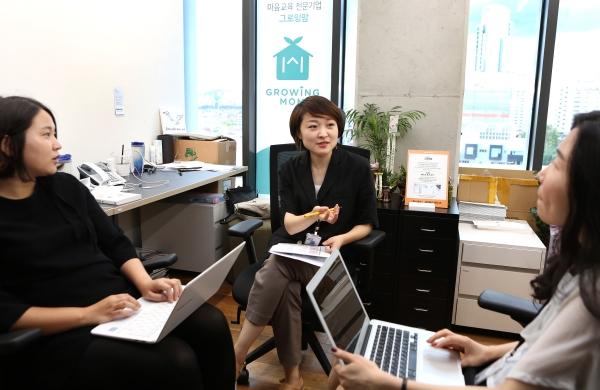 이다랑 그로잉맘(가운데) 대표가 팀원들과 대화하고 있다. ⓒ이정실 여성신문 사진기자