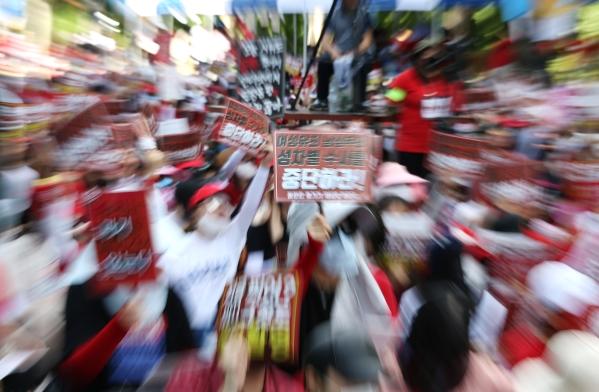 서울 종로구 대학로에서 3차 불법촬영 편파수사 규탄시위 '불편한 용기'가 열려 참가자들이 피해자의 성별에 따른 차별 없는 동등한 수사와 처벌을 촉구하는 구호를 외치고 있다. ⓒ이정실 여성신문 사진기자