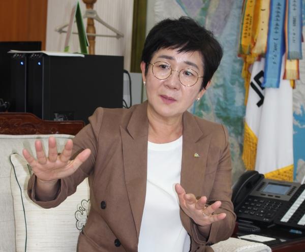 박정현 대전 대덕구청장이 지난 7월 25일 구청 집무실에서 여성신문과 인터뷰를 가졌다. ⓒ여성신문
