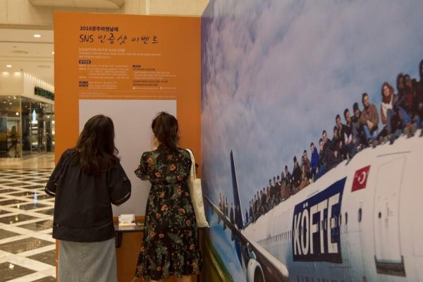 관람객들이 3일 광주신세계백화점 1층 컬처스퀘어에 문을 연 2018광주비엔날레 홍보관을 둘러보고 있다. ⓒ광주비엔날레 재단