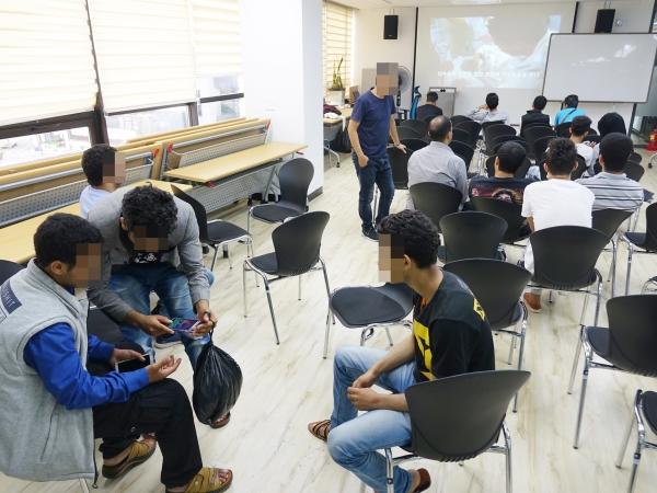 지난 6월 제주시 일도1동 제주이주민센터에서 국가인권위원회가 제주 예멘 난민신청자들을 대상으로 인권 상담을 진행했다. 이날 센터를 찾은 예멘인들이 상담 차례를 기다리고 있다. ⓒ뉴시스·여성신문