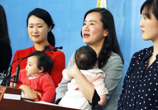 신보라 자유한국당 의원이 워킹맘들과 함께 서울 여의도 국회 정론관에서 '일·가정 양립을 위한 패키지 법안 발의'기자회견을 열고 있다. ⓒ이정실 여성신문 사진기자
