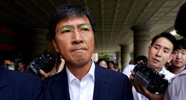 성폭행 등의 혐의로 기소된 안희정 전 충남지사가 14일 1심 재판에서 무죄를 선고받고 서울 마포구 서부지법 청사를 빠져나가고있다. ⓒ이정실 여성신문 사진기자