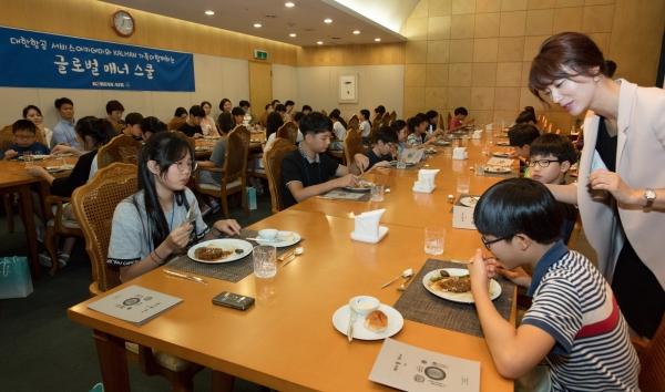 대한항공은 '글로벌 매너 스쿨' 행사 참가자들이 테이블 매너를 배우고 있다. 국제화 시대에 발맞춰 다양한 문화에 대한 이해를 높이는 기회를 제공하는 이 행사는 오는 18일에 한차례 더 진행될 예정이다. ⓒ대한항공