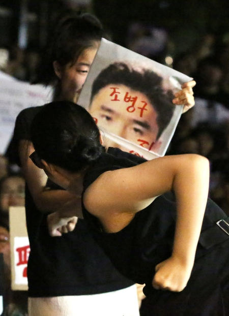 한 여성이 '안희정 무죄판결에 분노한 항의행동' 문화제에서 해당 판사 사진이 붙은 피켓을 부수는 퍼포먼스를 펼치고 있다. ⓒ이정실 여성신문 사진기자