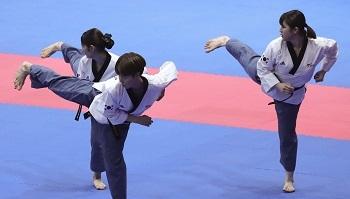 지난 19일 오후 인도네시아 자카르타 컨벤션센터에서 열린 2018 자카르타-팔렘방 아시안게임 태권도 여자 단체 품새 준결승 경기에서 한국 선수들이 품새를 선보이고 있다. ⓒ뉴시스·여성신문