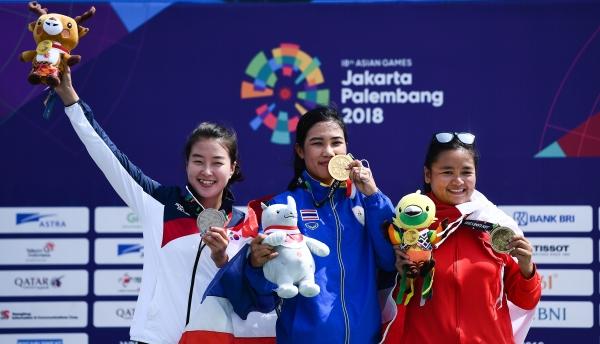 이다겸 선수가 웃으며 은메달을 들고있다. (왼쪽) ⓒ뉴시스·여성신문