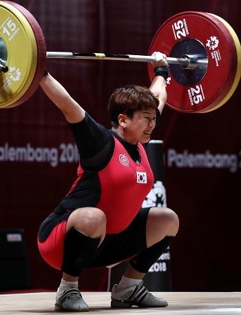 지난 25일 인도네시아 자카르타 국제 엑스포(JOEXPO)에서 열린 2018 자카르타·팔렘방 아시안게임 여자 역도 69kg급 경기에서 대한민국 문유라 선수가 3차시기 101kg을 시도하고 있다. ⓒ뉴시스·여성신문