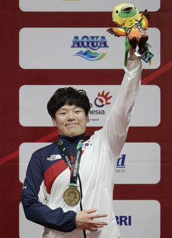 문민희 선수가 지난 26일 인도네시아 자카르타의 인터내셔널 엑스포에서 열린 2018 자카르타·팔렘방 아시안게임 역도 여자 75kg급에서 동메달을 목에 걸었다. ⓒ뉴시스·여성신문