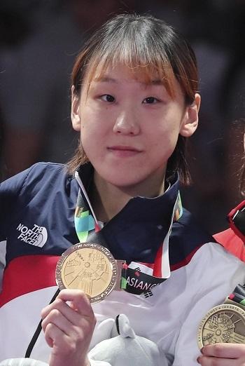 지난 25일 인도네시아 자카르타 컨벤션센터에서 열린 2018 자카르타·팔렘방 아시안게임 주짓수 여자 62kg급 시상식에서 성기라 선수가 금메달을 목에 걸고있다. ⓒ뉴시스·여성신문