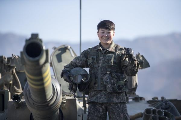 여군 최초 기갑병과 부사관인 임현진(23) 하사가 K1A2 전차에 탑승한 모습. ⓒ육군