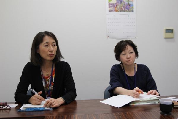 후아다 도시코 동오사카시보건소 과장(왼쪽)과 다노우에 교코 동오사카시보건소 모자보건·감염증과 보건사(오른쪽)가 10대엄마교실에 대해 설명하고 있다. ⓒ진주원 여성신문 기자