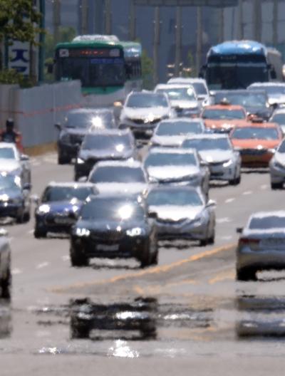 서울 여의도공원 앞 도로에 차량이 복사열로 인한 아지랑이가 피어 오르고 있다. ⓒ뉴시스·여성신문