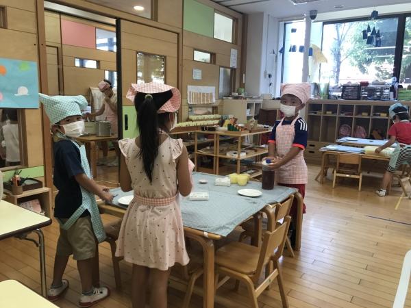 점심시간이 되자 아이들이 직접 식탁을 정리하고 있다. ⓒ도쿄=이유진 기자