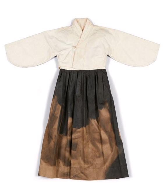 1910년 이전 유일하게 민족자본으로 설립된 동덕여학교의 교복이다. 총길이 92cm로 당시 평균 여학생의 신장이 굉장히 작았음을 알 수 있다. 1920년대 관련 자료 중 유일하게 남아있는 자료다. ⓒ여성가족부 제공