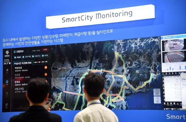 5일 부산 벡스코 제2전시장에서 열린 2018 K-ICT WEEK in BUSAN을 찾은 관람객들이 스마트시티 모니터링 시스템을 살펴보고 있다.