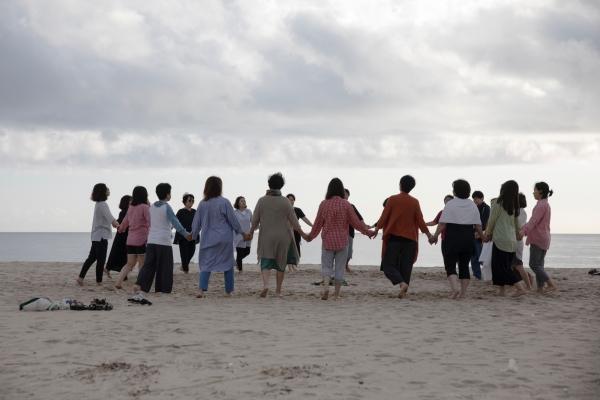 여성회의 마지막 날인 1일 오전 참가자들이 옥계해변에서 서클댄스를 추고 있다. ⓒ정운 사진작가