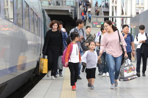 추석연휴를 앞둔 서울역 승강장에 귀성객들이 열차를 타기 위해 이동하고 있다. ⓒ이정실 여성신문 사진기자