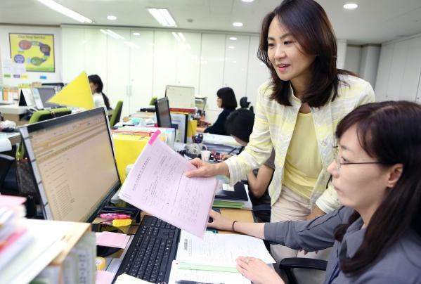 4일 이은혜 관악여성인력개발센터 관장이 직원과 업무에 관한 논의를 하고 있다. ⓒ이정실 여성신문 사진기자