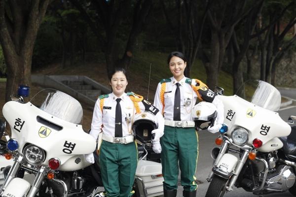 기동순찰을 마치고 헌병 모터사이클 앞에선 MC 승무원 김유경 중위(오른쪽), 장수아 중사(왼쪽) ⓒ육군