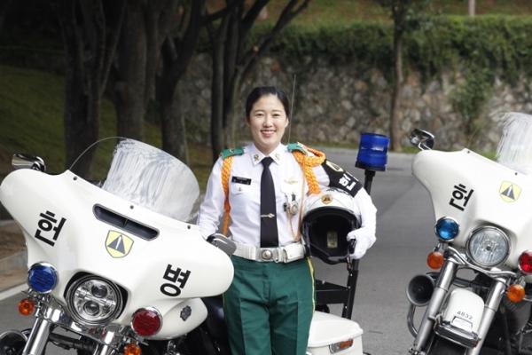 헌병 모터사이클 앞에선 장수아 중사 ⓒ육군