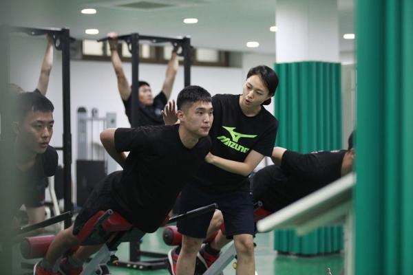 김유경 중위(오른쪽)가 장병들의 웨이트 트레이닝을 지도하고 있다. ⓒ육군