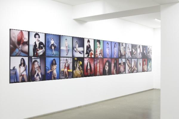2013년 5월부터 6월까지 일본 도쿄 타카 이시이 갤러리에서 열린 아라키 노부요시의 전시의 한 장면. ⓒ아라키 노부요시 홈페이지 캡처