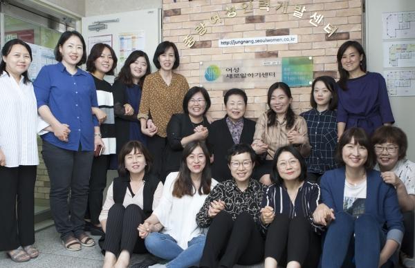 이보섭 중랑여성인력개발센터 관장(윗줄 왼쪽에서 7번째)과 직원들 ⓒ이정실 여성신문 사진기자
