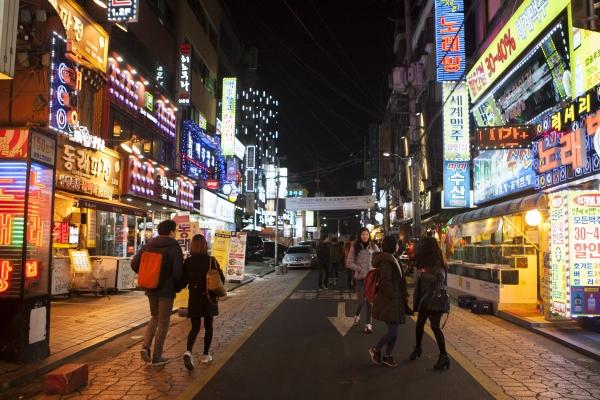 정하연 씨는 17세 때 가출한 후 서울 신촌 유흥가 등에서 성매매를 하면서 생계를 이어갔다. 자신처럼 '생계형 성매매'에 나서는 가출 10대 여성들이 지금도 신촌 어딘가에 있을 거라고 그는 말했다. ⓒ이정실 여성신문 사진기자