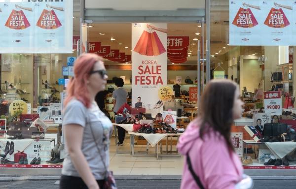 지난해 열린 '코리아세일페스타' 모습. 서울 명동의 한 가게에 행사를 알리는 포스터가 걸려있다. ⓒ뉴시스·여성신문
