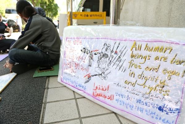 이집트 출신 난민 신청자들은 법무부의 '난민 불인정' 결정에 항의해 지난달부터 서울 종로구 효자동 효자치안센터 앞에서 단식 농성 중이다. ⓒ이정실 여성신문 사진기자