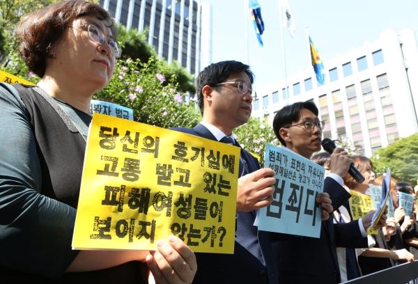 성매매알선·구매포털사이트 공동고발 기자회견이 17일 서울 서대문구 경찰청 앞에서 열려 변호사들의 발언이 진행되고 있다. ⓒ이정실 여성신문 사진기자
