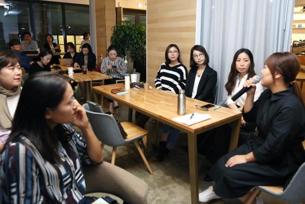 18일 서울 서대문구 카페 잉겔스에서 열린 1인 여성 기업가 컨퍼런스 '원더우먼'에서 정은빈 청춘여가연구소대표가 참석자들의 질문에 답하고 있다. ⓒ이정실 여성신문 사진기자